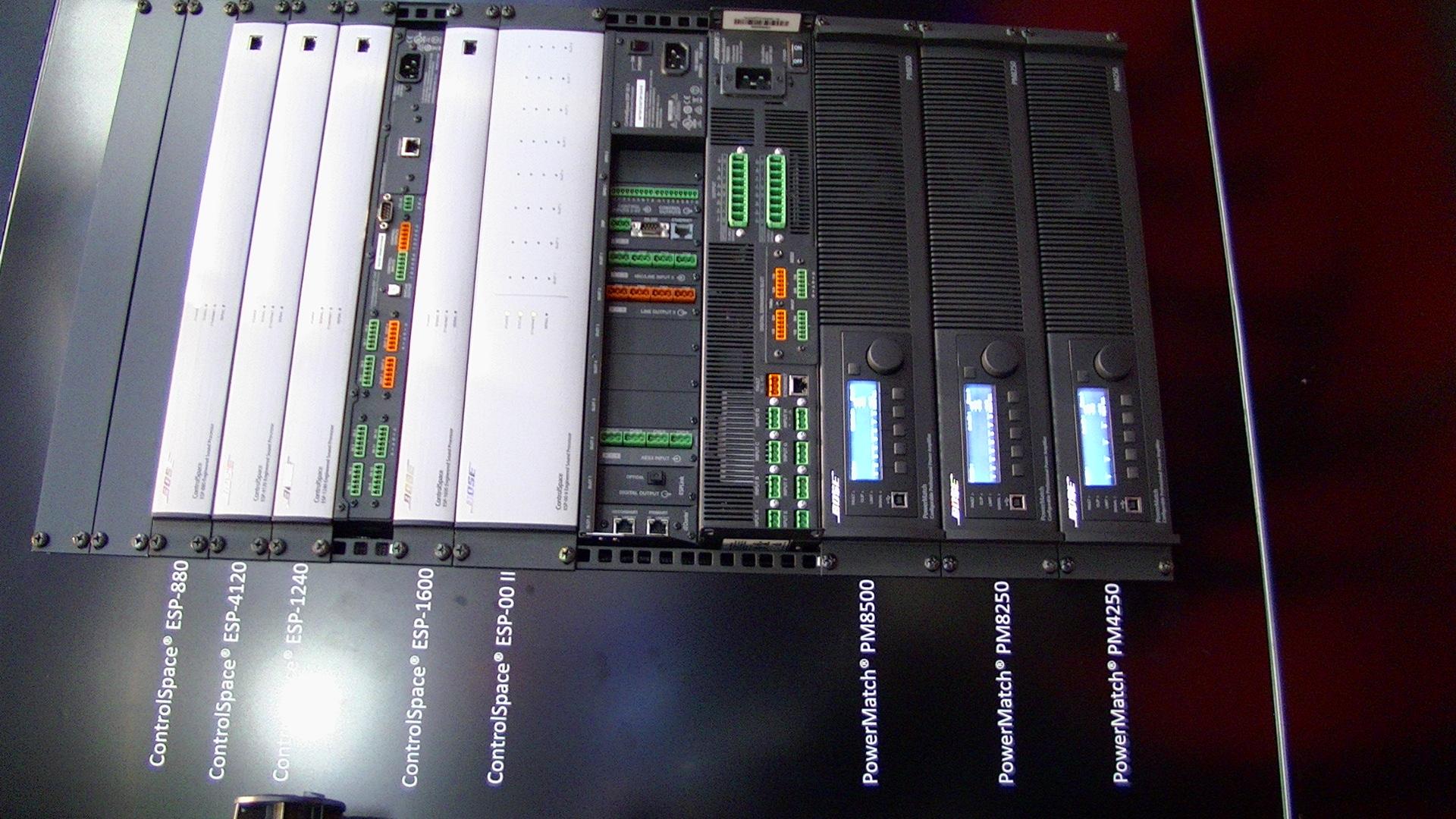 Bose erősítők egy rackban..JPG