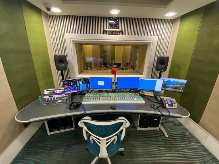 Bahrain_Radio_On-Air_Studio_with_Lawo_sapphire_console.jpg